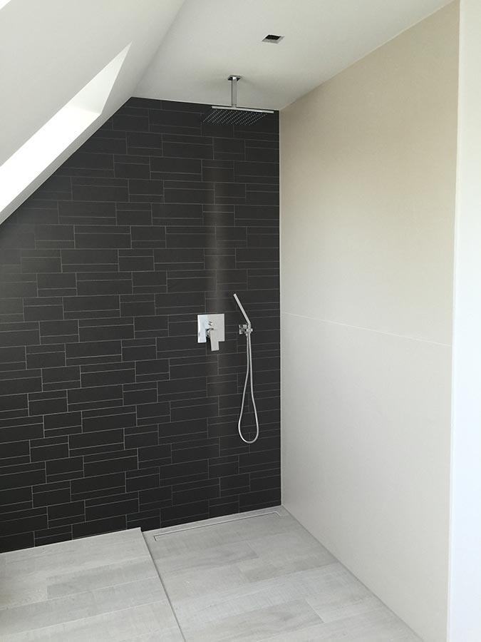 schwarze fliesen badezimmer mit dusche a deckenelement als wandelement und einer ebenerdigen glitzereffekt
